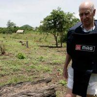 Bobby Charlton alapítványa taposóakna-áldozatokon segít