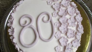Virágos 80. születésnapos torta