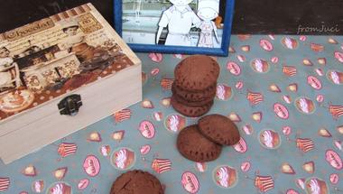 Kakaós keksz rumos aszalt szilvás marcipános töltelékkel