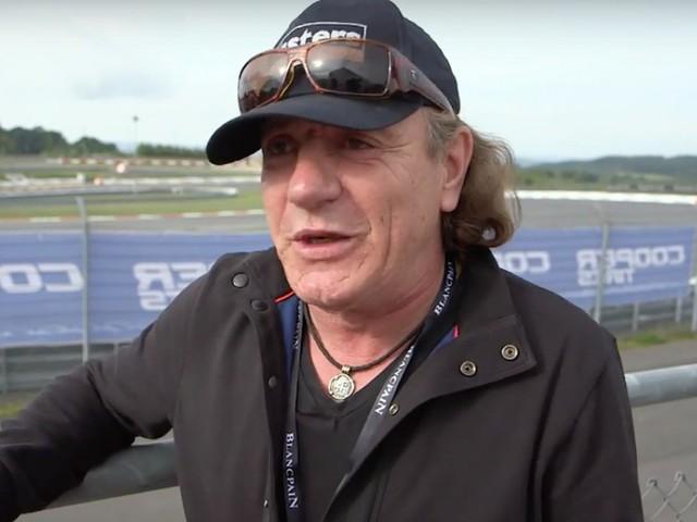 Fejre állt versenyautójával az AC/DC énekese