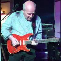 Bámulatos gitárszólót nyom a katolikus atya