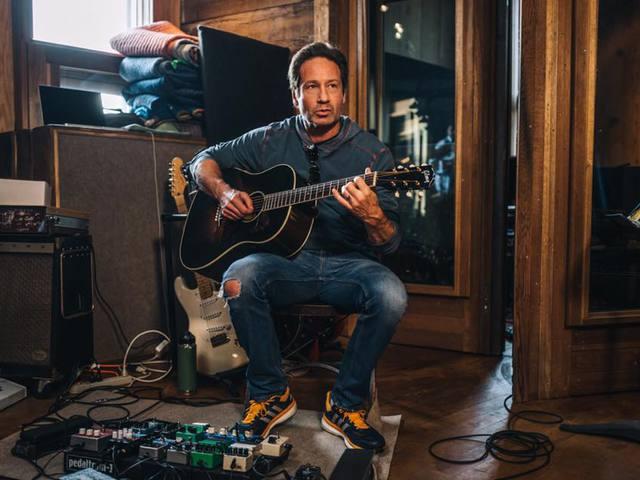 Rockzenekarával turnézik Mulder ügynök