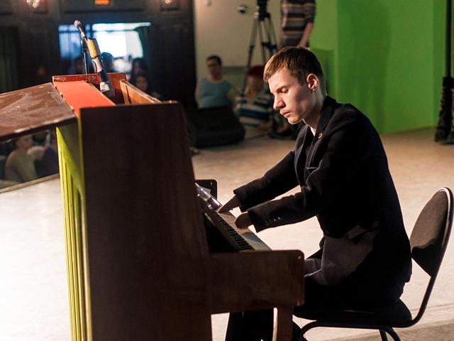 Csodásan zongorázik az ujjnélküli kamasz