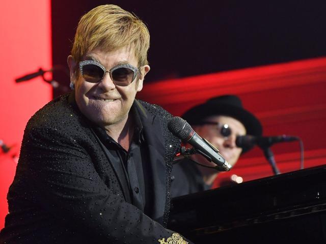 Elton John bepipult a tahó rajongóra