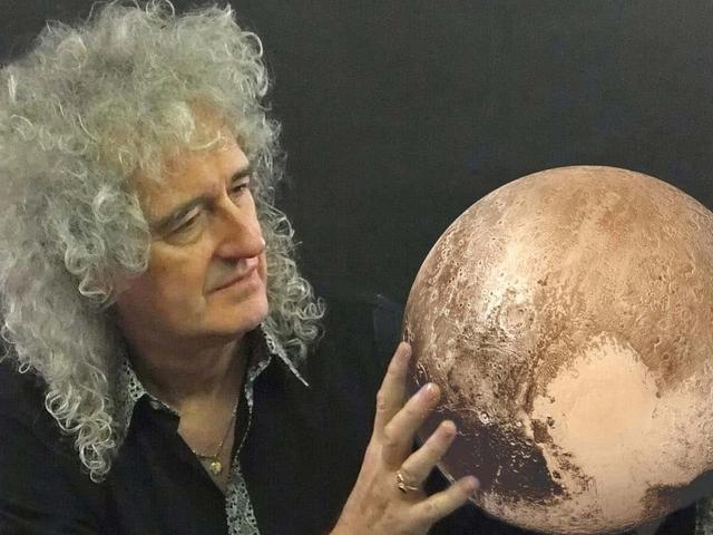 Brian May megmenti a Földet az aszteroidáktól