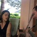 Palya Bea szelídecskén énekel a Hiperkarma frontemberével