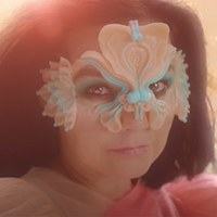 900 órán keresztül varrták Björk ruháját