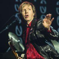A U2-val turnézik, majd lemezt ad ki Beck