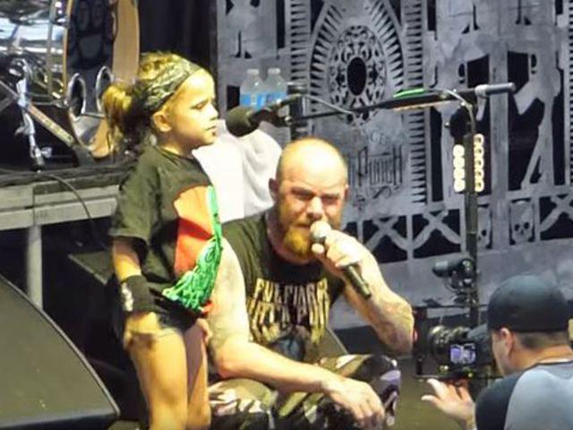 Szívmelengető videó: végigénekelte a kislány a metal-koncertet