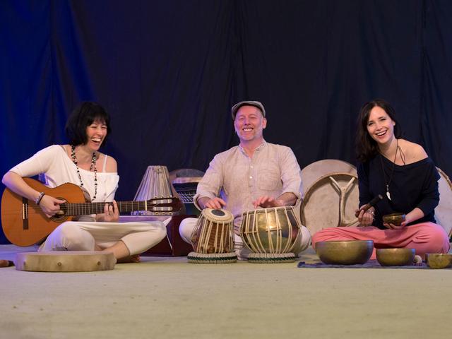 Nemzetközi modell is énekel a különleges mantra zenekarban