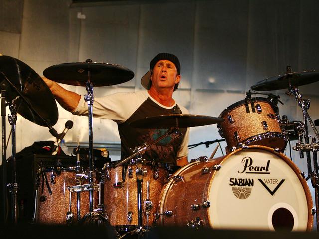 Utcazenésznek állt a Red Hot Chili Peppers dobosa