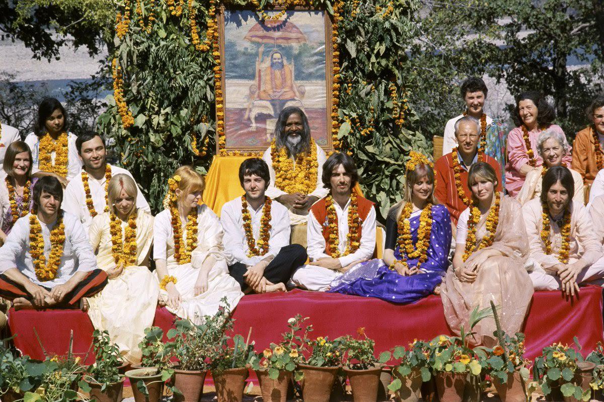 Indiában ismerkedett meg a meditációval, a Beatles tagjai is követték őt