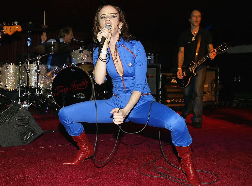 Juliette Lewis<br />A szexi színésznő 2003-ban alapította meg a Juliette and the Licks punk-rock bandát, amellyel többször fellépett Budapesten is. Juliette-ből a filmjeiben is általában valamiféle őrültség árad, színpadi produkcióival sosem hazudtolja meg ezt az imázst.
