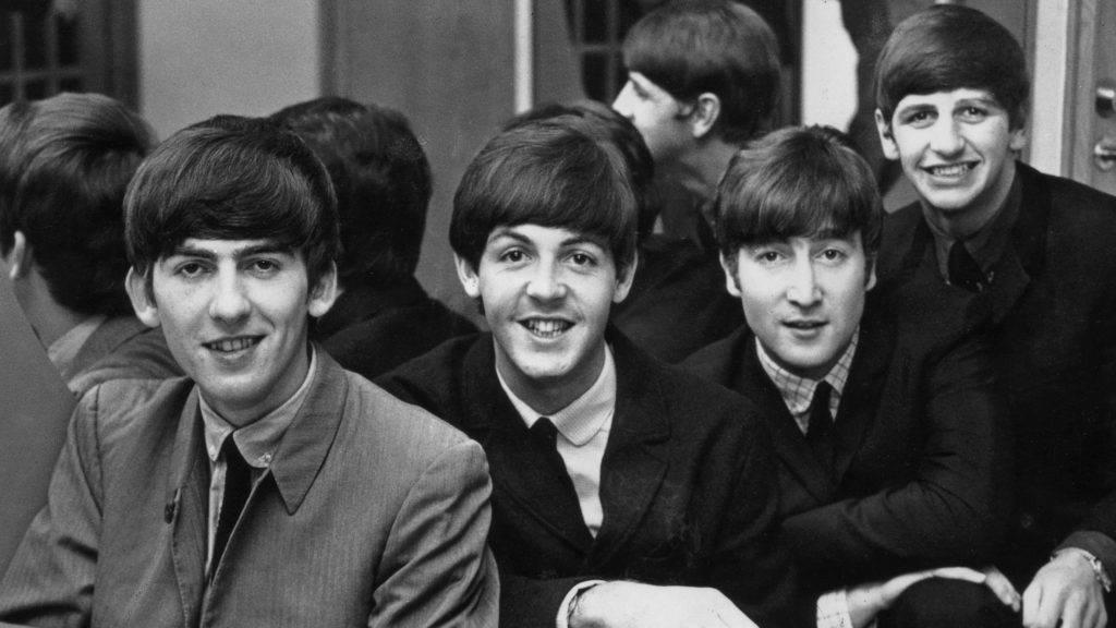 A Beatles szólógitárosaként lett világhírű, később a jellegzetes gombasérótól az ő tanácsára váltak meg a srácok