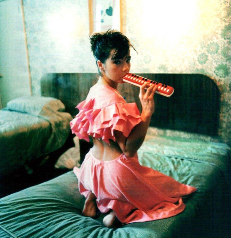 Björk<br />A szépséges izlandi énekesnő, Björk (teljes neve Björk Guðmundsdóttir) a zenei világ kaméleonja, mindenfajta stílusban kipróbálta már magát, többek köztalternatív rock, trip-hop,jazz,elektronika,new wave,electro,folkéskomolyzeneistílusú műveket alkotott.