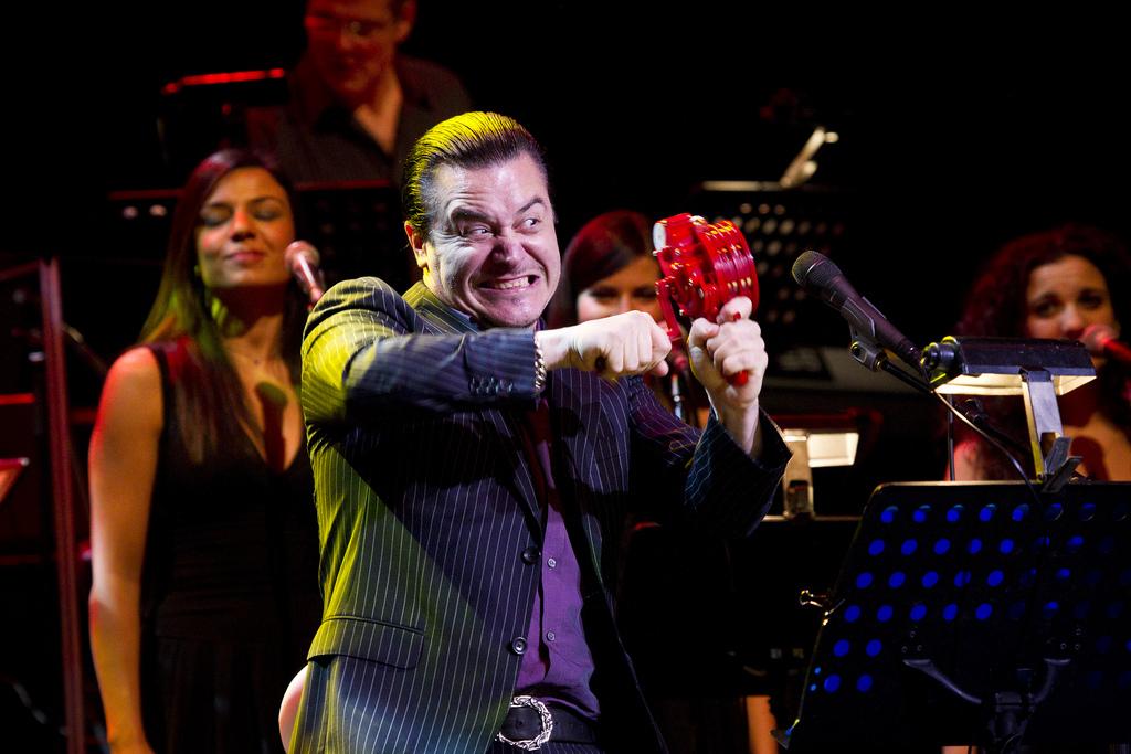 A régi olasz slágereket feldolgozó Mondo Cane lemez anyagát nagyzenekar kíséretében turnéztatta
