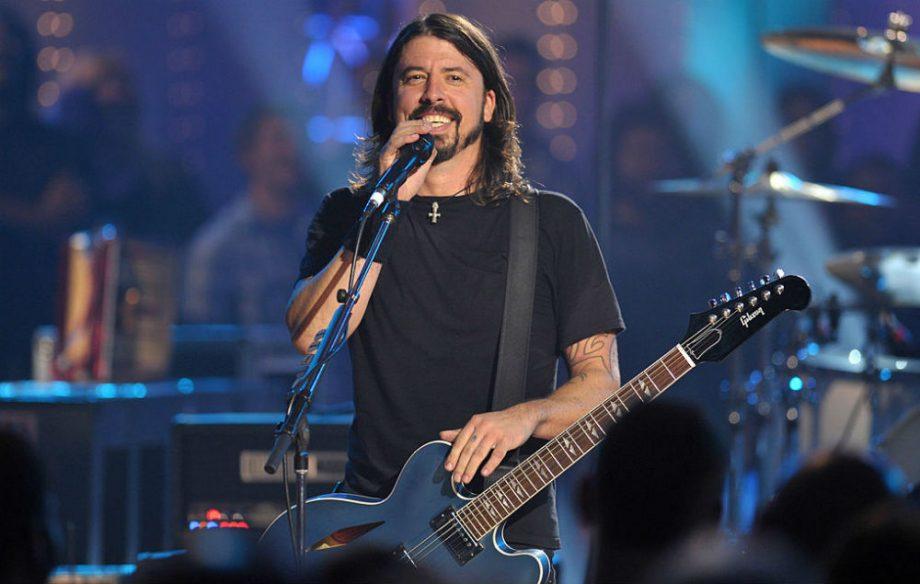 Dave Grohl<br />A Nirvanában dobolt, a Foo Fightersben gitározik, az AC/DC-ben viszont a basszusgitárt pengetné Dave Grohl - legalábbis a Loudwire elképzelése szerint. Meredek ötlet, Grohl aligha hagyná el a világ egyik legsikeresebb rockzenekarát, amelynek ő az atyja, persze ki tudja, le4het, hogy az AC/DC csábításának még ő sem tudna ellenállni.