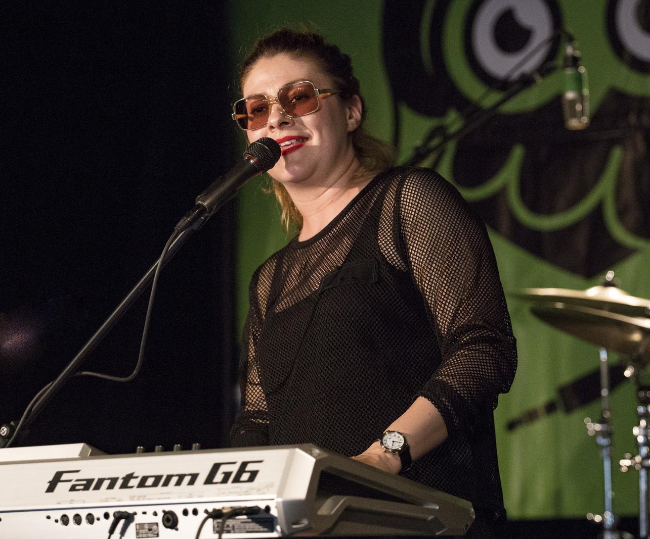 Iván Szandra, a nyertes Ruby Harlem énekesnője, zongoristája