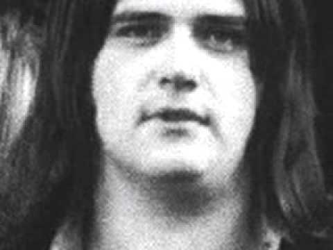 Helmut Köllen (1950, március 2. – 1977, május 3.)  A német Triumvirat banda énekes-basszusgitárosa szénmonoxid-mérgezésben halt meg saját garázsában. A zenész járva felejtette autóját, miközben új dalain dolgozott.