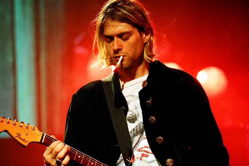 Kurt Cobain (1967. február 20. – 1994. április 5.)  A Nirvana frontembere 1994-ben csatlakozott a 27-ek klubjához, miután Seattle-i házának padlásán öngyilkos lett. A tragédiát fokozza, hogy holttestét csak három nappal később, egy villanyszerelő találta meg. Utoljára állítólag az R.E.M. Automatic for the People című albumát hallgatta.