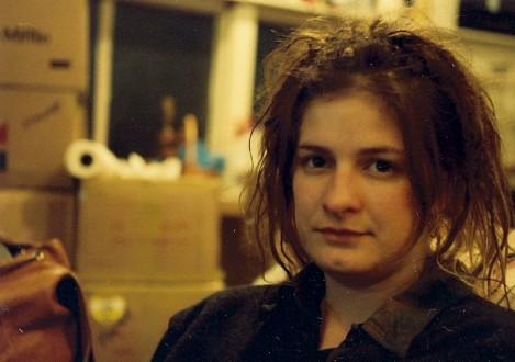 Mia Zapata (1965. augusztus 25. – 1993. július 7.)  A The Gits frontasszonyának van talán az egyik legtragikusabb halála mindnyájuk közül. Az énekesnőt 1993-ban rabolták el, majd megverték, megerőszakolták és megfojtották. Testét eltűnésétől számítva alig két órával később megtalálták, de már túl késő volt.