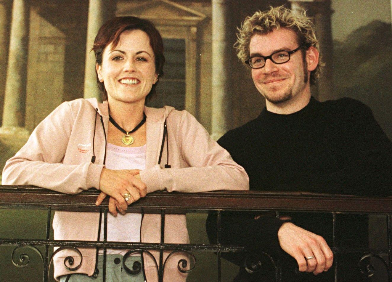 Dolores  és a Cranberries dobosa Fergal Lawler a dublini Merrion Hotelben 2000-ben, miután bejelentették az első koncertjüket négy év kihagyás után.