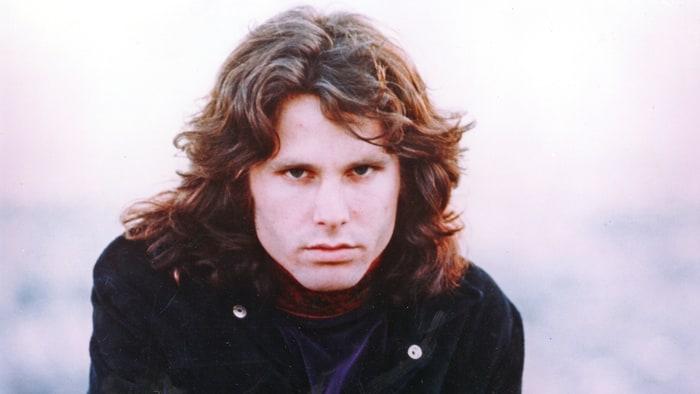 Jim Morrison (1943. december 8. – 1971. július 3.)  A The Doors ikonikus énekese 1971 júliusában szívelégtelenségben hunyt el párizsi apartmanjának fürdőkádjában. Sokan úgy vélték, hogy Morrison halálát valójában heroin túladagolás okozta.