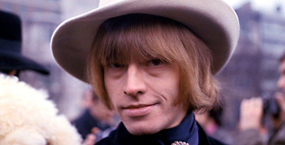 Brian Jones (1942. február 28. – 1969. július 3.)  A The Rolling Stones muliti-instrumentalista gitárosa Brian Jones 1969-ben egy júliusi éjszakén kiment úszni saját medencéjébe, de barátai már csak arra lettek figyelmesek, hogy a zenész eszméletlen. Megpróbáltak még rajta segíteni, de sajnos mire az orvos a helyszínre ért Biran már nem élt.