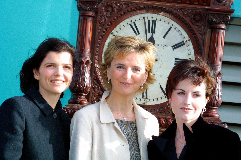 Ali Hewson, Adi Roche és Dolores O'Riordan miután 2002-ben a zenekar bejelentette, hogy a 'Time is Ticking Out című kislemezük teljes bevételével a csernobiliatomkatasztrófában érintett gyermekeket támogatják.