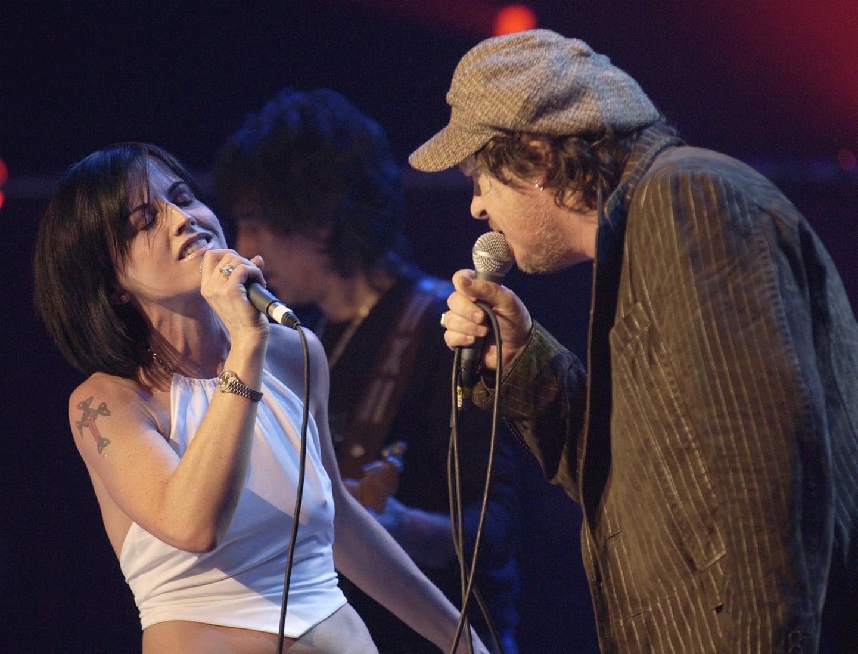 Dolores, Zucchero olasz énekessel, az ENSZ jótékonysági koncertjén, melyet a londoni Royal Albert Hall-ban tartottak 2004-ben.
