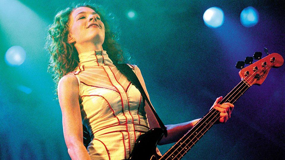 Melissa Auf der Maur<br />Melissa szintén megfordult a Smashing Pumpkinsban és zenélt a Holeban is, a Loudwire őt is a lehetséges jelöltek között emlegeti, a magazin szerint Auf der Maur kisasszony gitártudása elegendő ahhoz, hogy képes legyen betanulni az AC/DC életművet, a személyisége pedig alkalmassá teszi arra, hogy ekkora legendákkal zenéljen.
