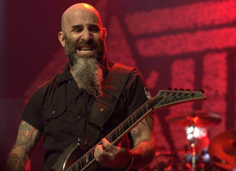 """Scott Ian<br />A Loudwire a világ egyik legjobb ritmusgitárosaként jelöli meg Scott Iant, az Anthrax zenészét azonban basszusgitárosként is el tudják képzelni a magazin szerkesztői. Véleményüket példával is alátámasztják: Ian zseniálisan nyomta basszusgitáron a Kiss """"God of Thunder"""" című dalát."""