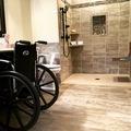 Így készül az akadálymentes fürdő