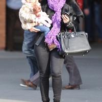 Ashley Young párja és kislánya a derbin