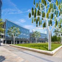 Zúg a lomb, pörögnek az amperek: üzemben a franciák városképbe simuló szélerőműve