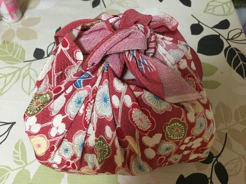 régebben ha vendégségben jártál és csomagoltak neked ajándékba finomságokat, ilyen helyes japános batyuba kötötték. manapság már elég ritka, ezért megörökítettem