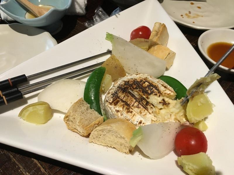 sült Camambert zöldségekkel, kenyérrel