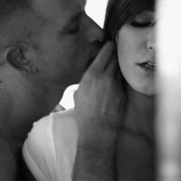 Elgyengültem a csókjától. Szememmel már az ágyat fürkésztem...