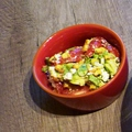 Darabos guacamole fetával