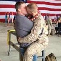 Csókolozó meleg katona - ma már legális