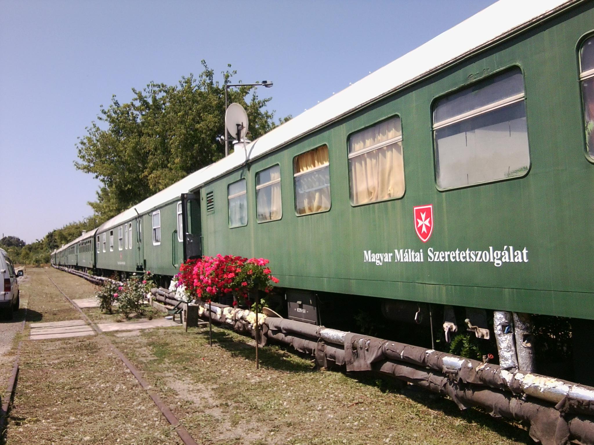 A Máltai Szeretetszolgálat vonata 1993 óta működik éjjeli menedékként. A kép forrása: http://m.cdn.blog.hu/ge/generalpublic/image/m%C3%A1ltai%20vonat/F%C3%A9nyk%C3%A9p0085.jpg.