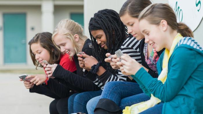 pros-cons-banning-cell-phones-school_d88d43d984c1f10.jpg