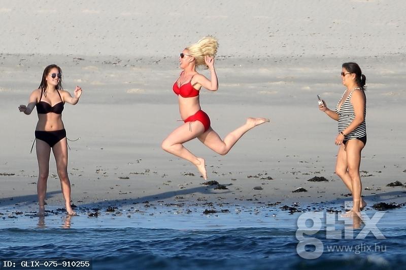 Katherine Heigl anyukás formában szökdécsel a strandon