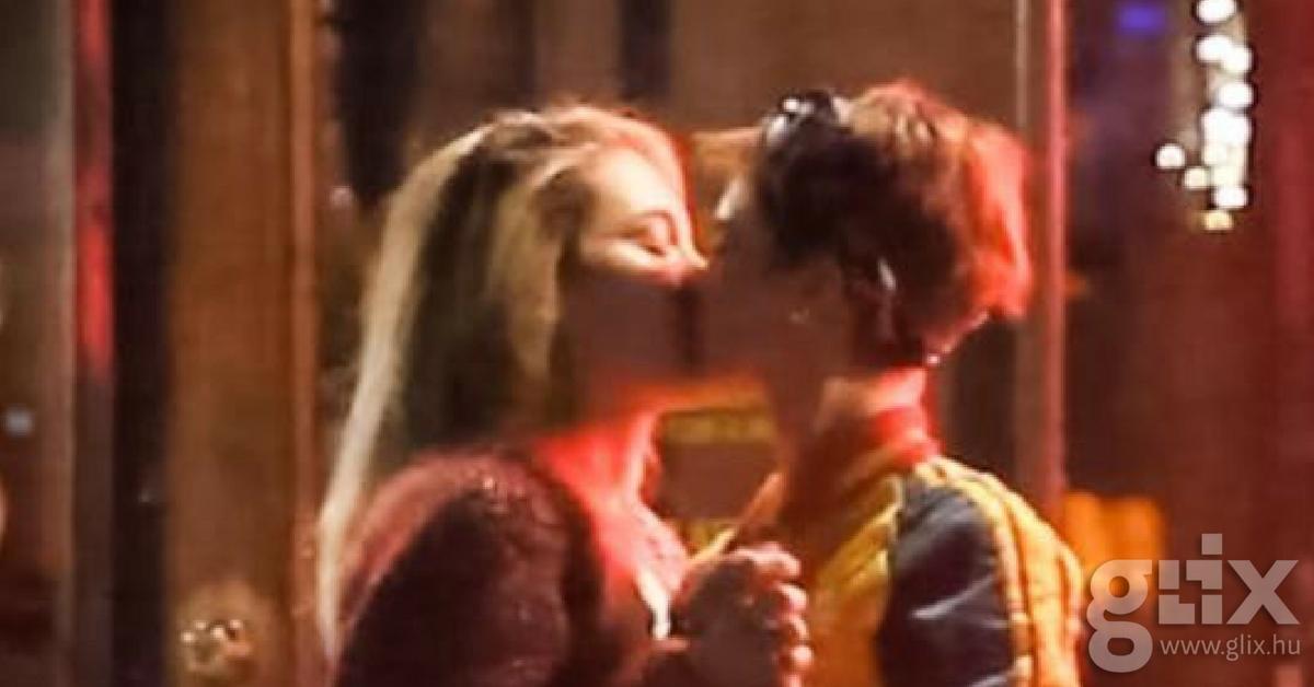 Paris Jackson és Cara Delevingne szenvedélyes csókja az esőben