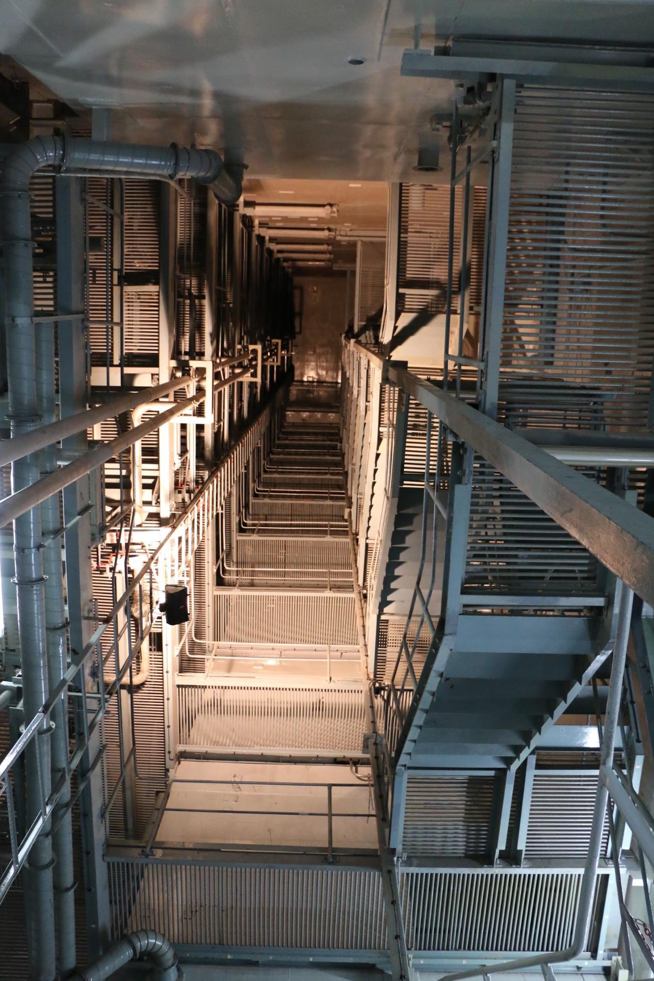 Súlyos baleset esetén az úgynevezett konténmentnek kellett volna gondoskodnia arról, hogy a primer körből kijutó anyagokat ne engedje a külvilágba. Ebbe tartozik az itt látható lokalizációs torony, ahol 12 szinten helyezték el a nyomáscsökkentő rendszereket (buborékoltató kondenzátorokat).