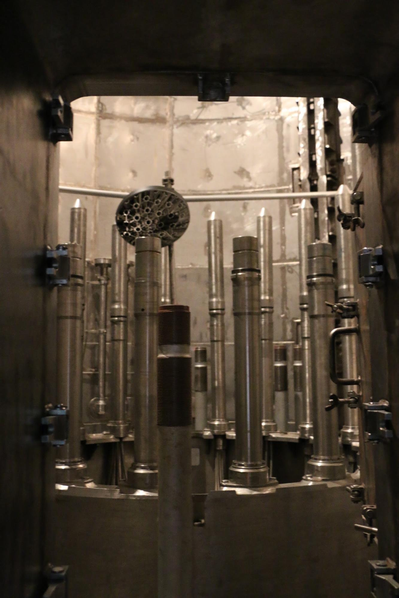Bepillantás egy tükrön keresztül a reaktortartályba.