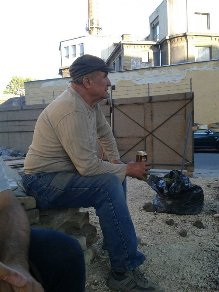 Kész a nagy mű, a mester pihenve sörözik
