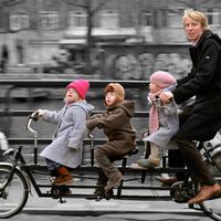 Három gyerekkel két keréken