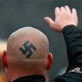Kitagadta apja a náci tüntetőt