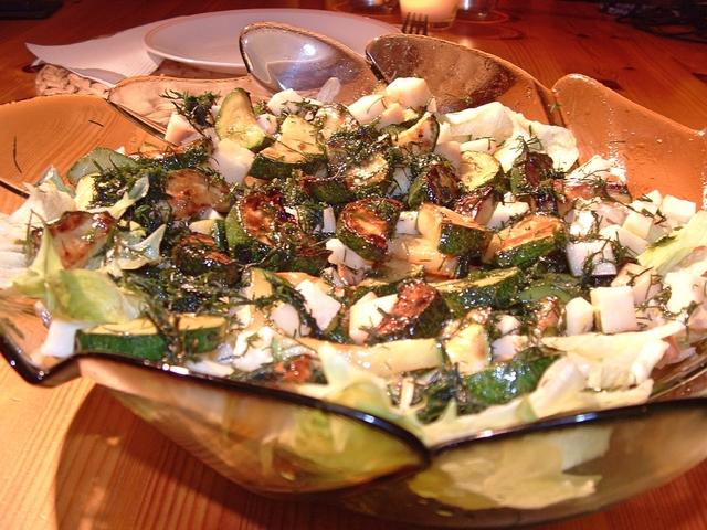Sült cukkinis saláta